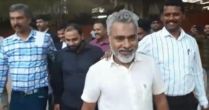 Mehful Ali Khan (inblack attire) arrives atthe magistrate court, inBengaluru on Tuesday.