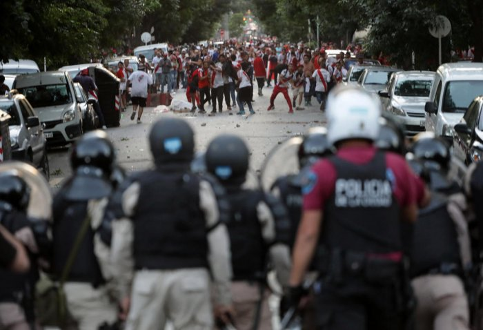 River Plate's fans clash with riot police after the match was postponed. REUTERS/Alberto Raggio