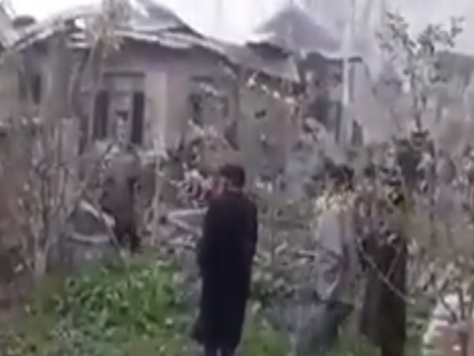 The 1: 26-minute amateur video shows how civilians help a militant escape from the rubble of a house which was badly damaged by explosives.