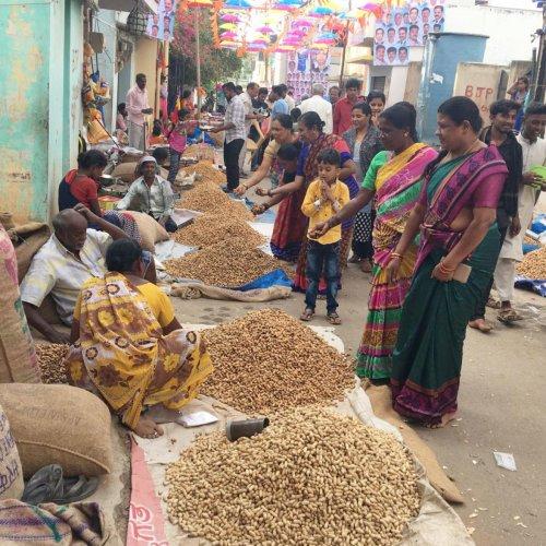 People flock to the 'Kadalekayi Parishe' in Bengaluru. DH File photo
