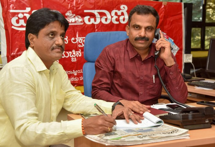 Patient hearing: Mysuru City Corporation Commissioner K H Jagadeesh during the Prajavani phone-in programme, in Mysuru, on Tuesday. MCC Additional Commissioner Shivananda Murthy is seen. DH PHOTO
