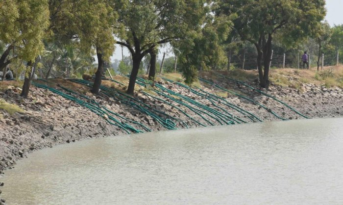 Pumpsets are being used to drain out the tank water at Morab in Dharwad district. (DH Photo)