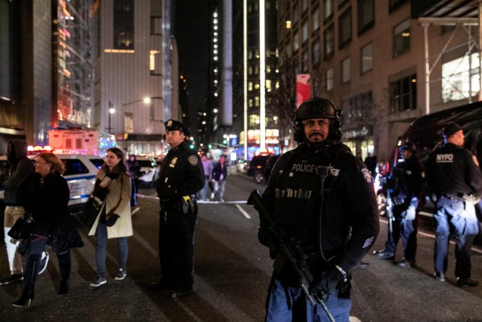 An armed NYPD police officer stands near the Time Warner building after the building was evacuated due to a bomb threat, in the Manhattan borough of New York City, New York, U.S., December 6, 2018. (REUTERS)