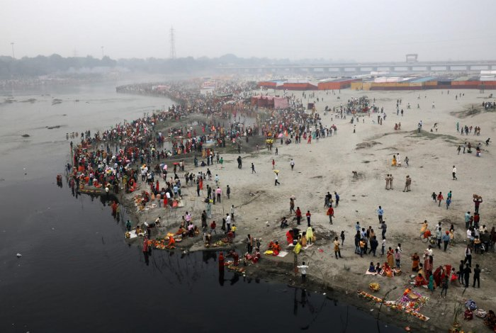 Hindu devotees gather on the banks of the Yamuna river to worship the Sun god during the Hindu religious festival of Chhath Puja in New Delhi, India, November 13, 2018. REUTERS/Anushree Fadnavis