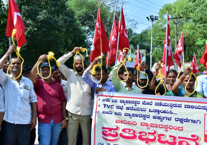 Street vendors display a noose as a part of the protest organised by Dakshina Kannada Beedi Badi Vyaparasthara Sangha, in front of the deputy commissioner's office in Mangaluru.