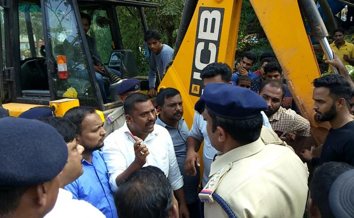 Citizens argue with the railway officials and police who attempted to undertake an eviction drive at Farangipet near Mangaluru on Thursday.