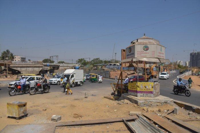 KSR Railway station's back entrance to Malleshwaram, Rajajinagar and Majestic connecting the underpass and flyover at Okalipuram in Bengaluru. DH Photo