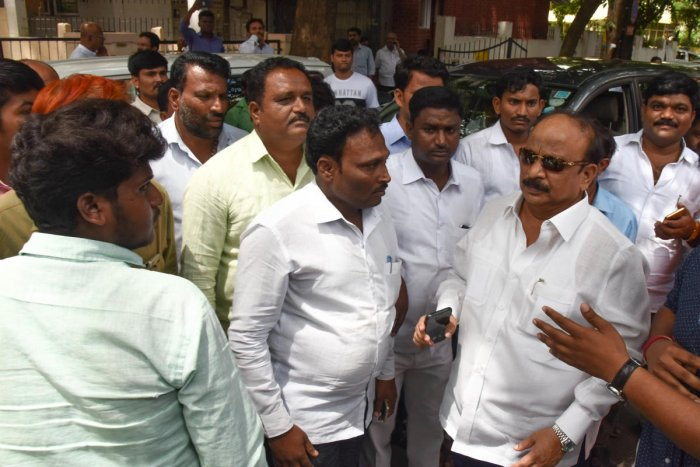 Roshan Baig came to M B Patil house to attend meeting in Sadashivanagar, Bengaluru on Thursday. DH Photo