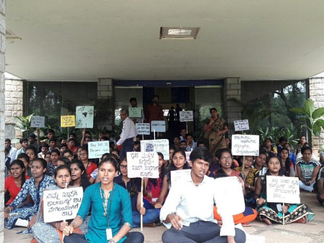 Students of UAS, Bengaluru, stage a protest after boycotting semester exams opposing the government's move to privatise agri-univesities, in Bengaluru, on Monday. DH photo.