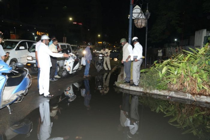 Mayor R Sampath Raj has put a fine of Rs 10 lakh for potholes near Residency Road and Rs 1 lakh for potholes near Bangalore Club to road contractors as these are Tendersure roads. This was suggested during his inspection on Tuesday.