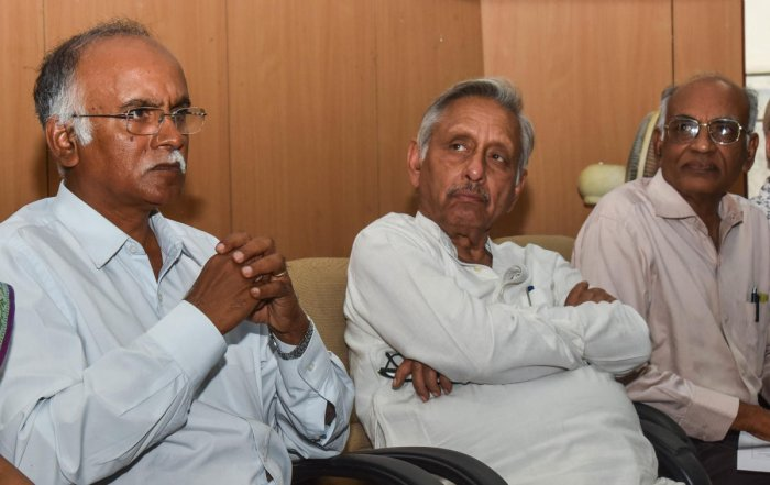 Congress leader Mani Shankar Aiyer and others at the 25th anniversary of the nonprofit CIVIC in Bengaluru on Saturday. DH PHOTO
