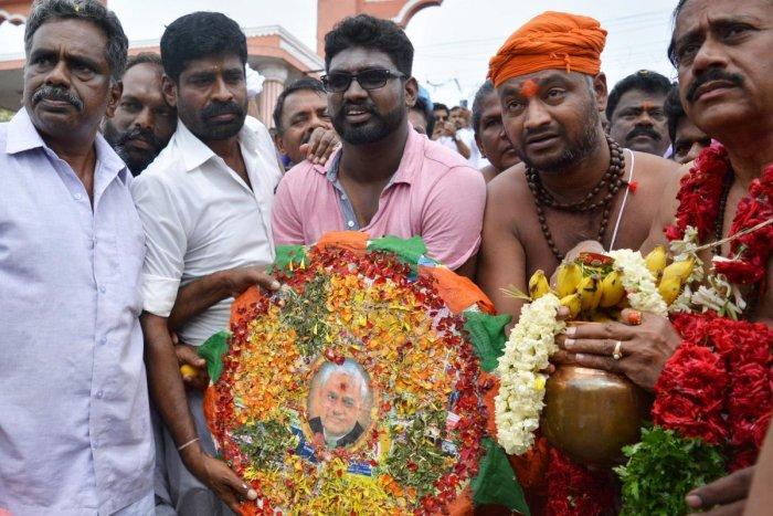 BJP national secretary H Raja (extreme right) immerses the ashes of former prime minister Atal Bihari Vajpayee at Agni Theertham in Rameswaram. (PTI File Photo)
