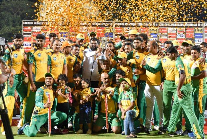 Triumphant: Bijapur Bulls celebrate with the KPL trophy at SDNRW stadium in Mysuru on Thursday. DH PHOTO/ SAVITHA B R