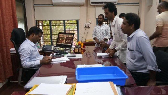 Shiradi Malenadu Janahitha Rakshana Vedike members submit a memorandum to Dakshina Kannada Additional DC Kumar on Tuesday.