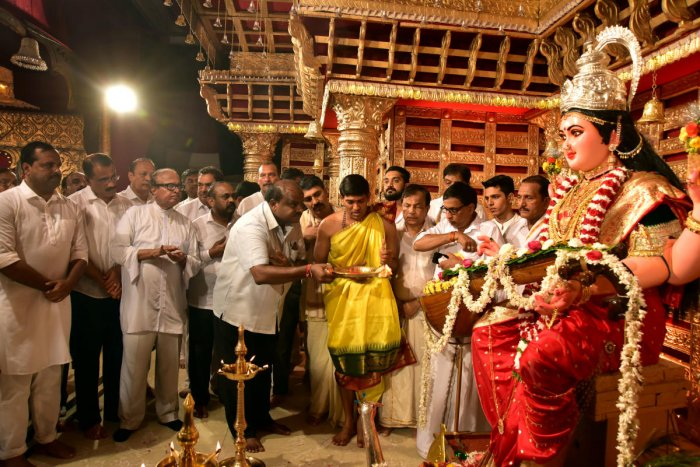 Chief Minister H D Kumaraswamy offers prayers to Goddess Sharada at Kudroli Sri Gokarnanatha Temple in Mangaluru on Sunday. Former Union Minister B Janardana Poojary, District in-charge Minister U T Khader and others look on.