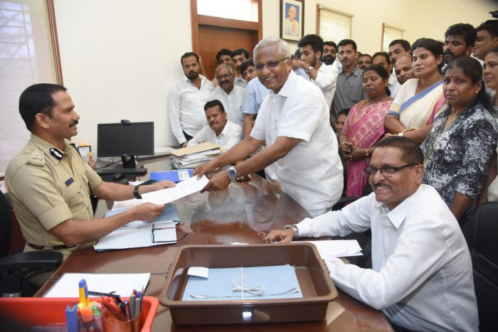Former Mangaluru South MLA J R Lobo submits a memorandum to City Police Commissioner Vipul Kumar in Mangaluru on Monday.