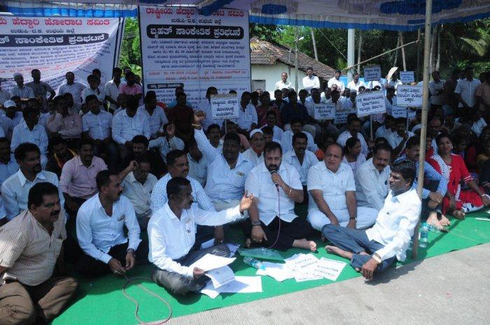 MLC Kota Srinivas Poojary and former minister Vinay Kumar Sorake took part in the protest organised by Rashtriya Heddari Horata Samiti near the Hejamady toll gate on Thursday.
