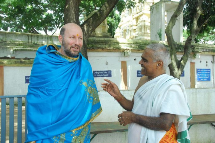 Kannada priest Hiremagaluru Kannan (right) interacts with Tel Aviv University lecturer Rafael Peled.