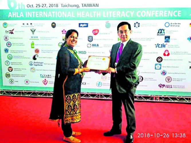 Usha Rani receives the award.