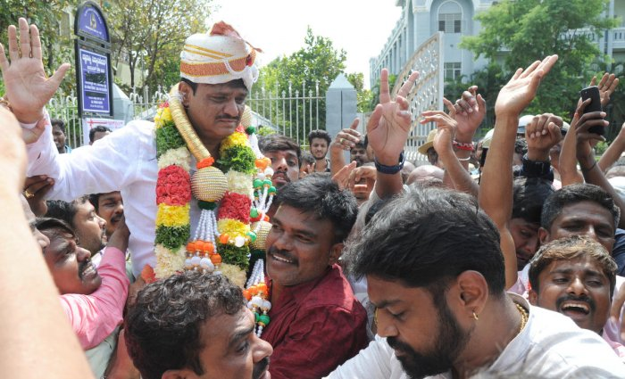 RR Nagar Congress candidate Muniratna being cheered by his supporters after winning the election in Bengaluru on Thursday. DH PHOTO/SRIKANTA SHARMA R.