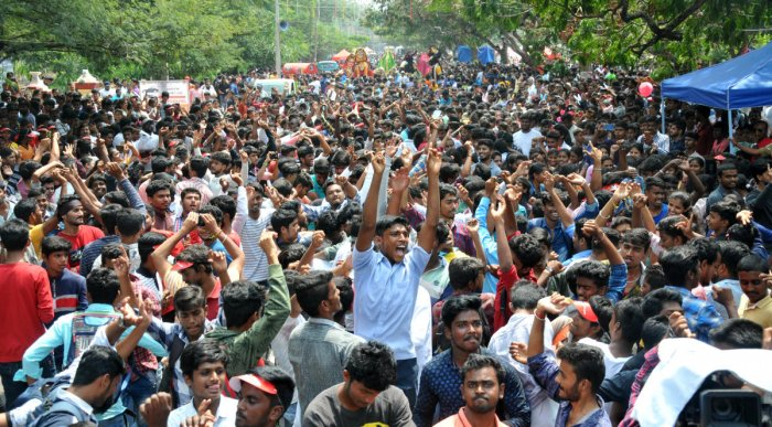 A large number of people enjoy Open Street Festival on Krishnaraja Boulevard in Mysuru, on Saturday.