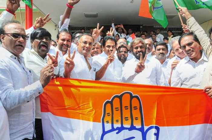 KPCC President Dinesh Gundurao, AICC General Secretary Karnataka in-charge K C Venugopal and party leaders show victory sign after Congress-JD (S) won the by-poll election in Bengaluru, Tuesday, Nov. 6, 2018. (PTI Photo)