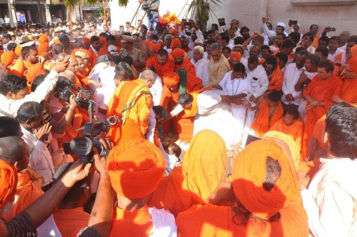 Seers and the pontiffs of Veerashaiva mutts perform the last rites of Tontada Siddalinga Swami on the mutt premises in Gadag on Sunday. DH PHOTO