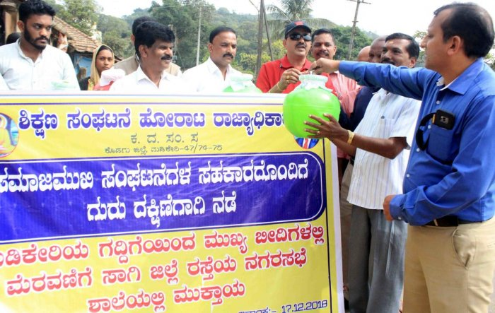 The Dalit Sangharsha Samithi took out a unique procession to raise funds for guest teachers in Madikeri on Monday.