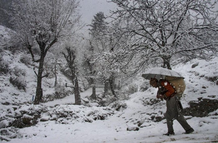 A MeT department official said Srinagar recorded a low of minus 2.8 degrees Celsius against previous night's 4.6 degrees.