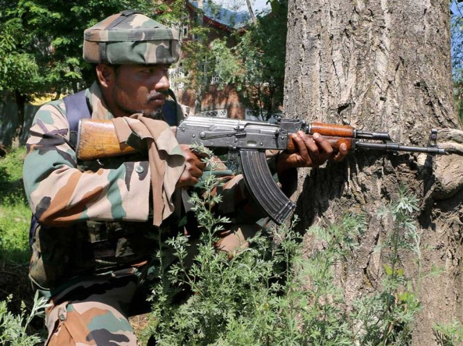 Sources said that Pakistani troops resorted to ceasefire violation and fired with sniper upon the army's 2/8 GR posts in Jumgund area along the LoC, in Kupwara.