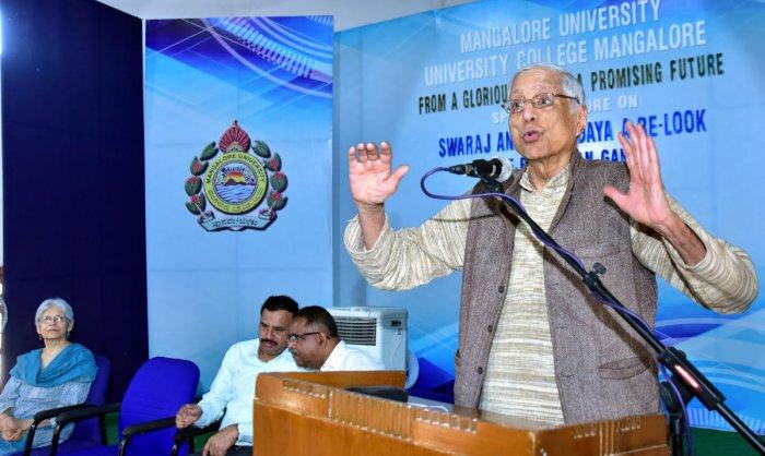 Dr Rajmohan Gandhi, grandson of Mahatma Gandhi, delivers a special lecture on 'Swaraj and Sarvodaya: A Re-loo' at University College in Mangaluru on Friday.