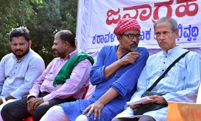 Satinath Sarangi of Bhopal Group for Information and Action (BGIA) seen in a discussion with Karavali Karnataka Janabhivruddhi Vedike president G R Bhat at 'Janaagraha meet' organised to oppose MRPL's fourth phase expansion plans near DC's office on Friday.