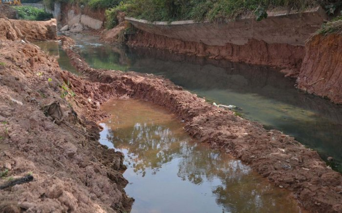 Work on the retaining wall on Race Course Road in Madikeri is causing problems to road users.