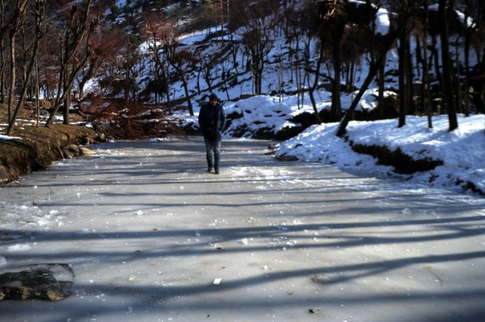 A MeT Department official said the minimum temperature recorded in Srinagar on Monday was minus 6.8 degrees Celsius which was lowest in the last 11 years. (DH Photo)