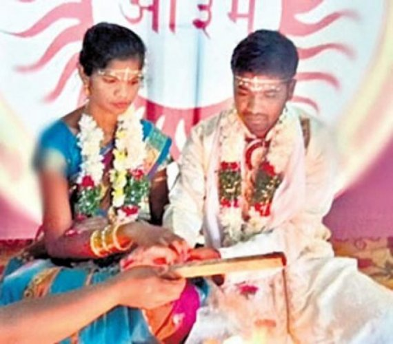 Photo of Anuradha and Laxman marrying at Arya Samaj