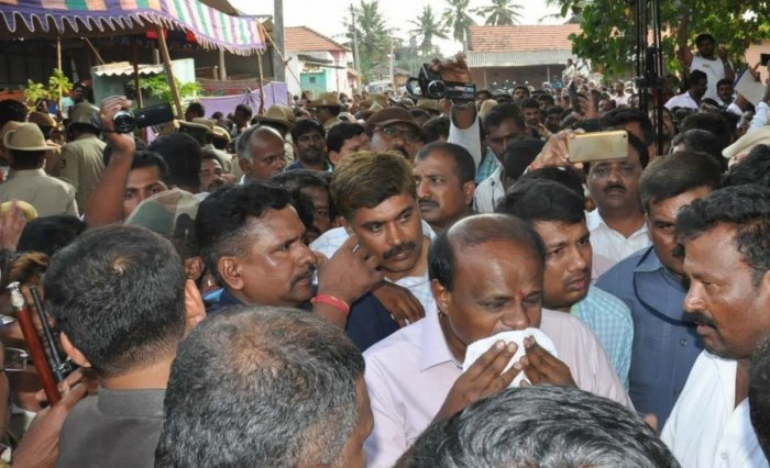 Chief Minister H D Kumaraswamy turns emotional during his visit to Thopanahalli, to pay his last respects to JD(S) leader Prakash, on Tuesday. dh photo