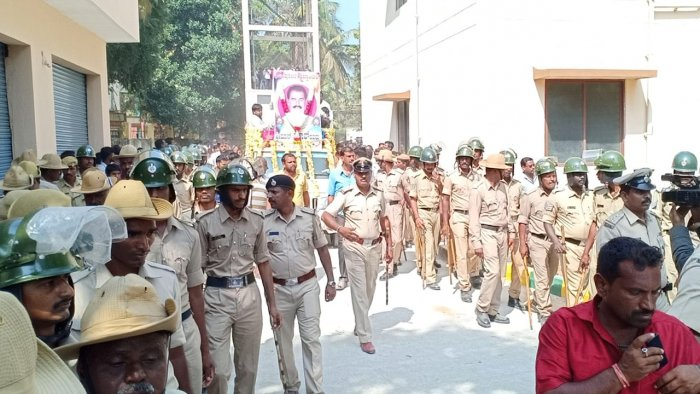 The body of JD(S) leader Thoppanahalli Prakash is being taken on a procession accompanied by hundreds of JD(S) workers and villagers. Heavy police security in place. (DH Photo)