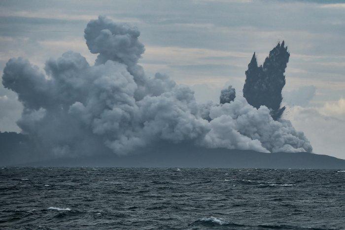 Mount Anak Krakatau volcano spews hot ash during an eruption as seen from Indonesian Naval Patrol Boat, KRI Torani 860, at Sunda strait in Banten, Indonesia, December 28, 2018. (Antara Foto/Muhammad Adimaja via REUTERS)