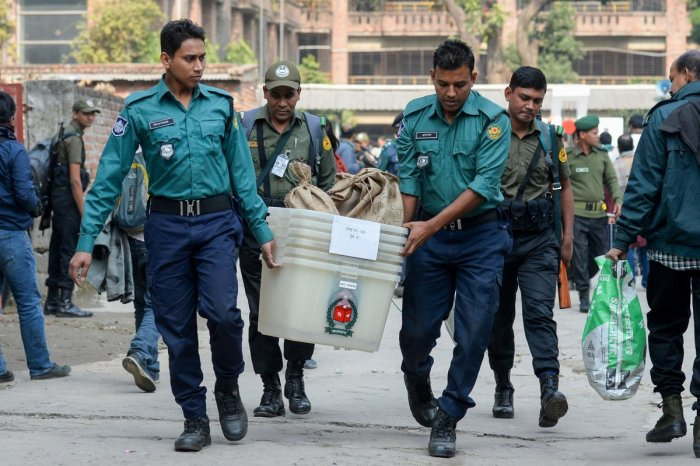 Bangladeshi security personnel carry polling materials at distributing center in Dhaka on December 29, 2018. - Bangladesh stepped up security on December 29 in a bid to contain violence during a general election expected to see Prime Minister Sheikh Hasin