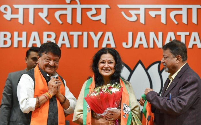 Veteran actor Moushumi Chatterjee (C) being welcomed into BJP by party's National General Secretary Kailash Vijayvargiya and party leader Mukul Roy, in New Delhi, Wednesday, Jan 2, 2019. Chatterjee joined the ruling BJP, months before the national electio
