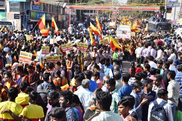 People throng to Akhila Bharatha Kannada Sahitya Sammelana in Dharwad. DH Photo