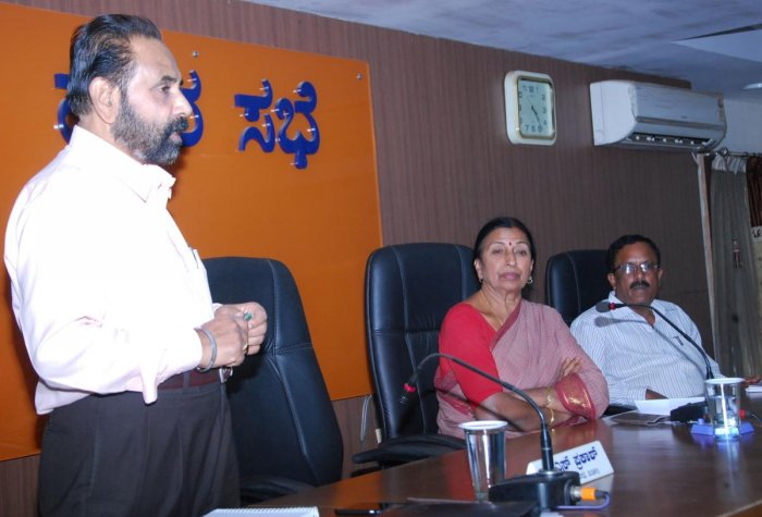 Retired PWD engineer Satyanarayana Rao speaks during a special meeting at the CMC auditorium on Saturday.CMC President Kaveramma Somanna and CMC Commissioner Ramesh look on.