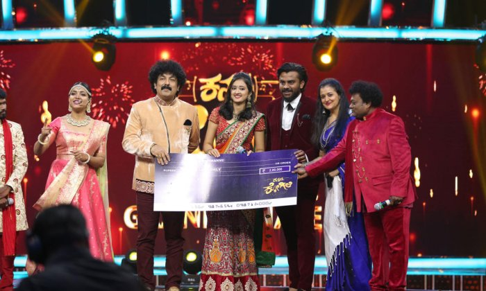 Akhila Pajimannu receives the first runner-up prize at 'Kannada Kogile', a reality show.