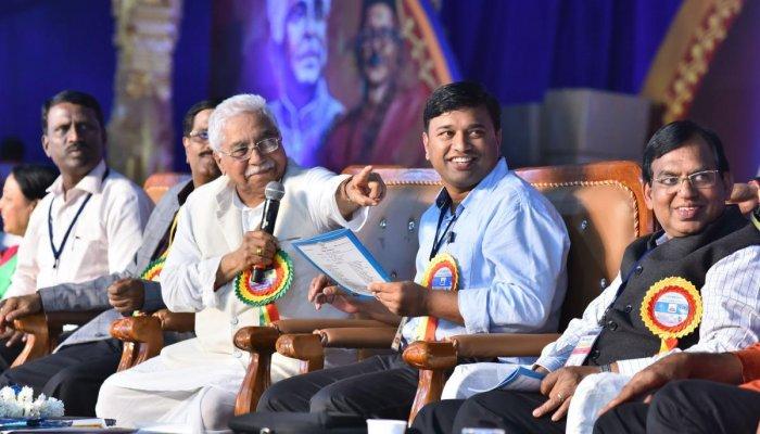 aPT ANSWER: President of 84th Akhila Bharata Kannada Sahitya Sammelana, Chandrashekhar Kambar, speaks during an interaction on the concluding day of the literary meet in Dharwad on Sunday. dh photo/tajuddin azad