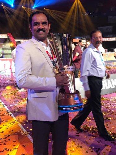TRIUMPHANT Bengaluru Bulls coach BC Ramesh with the PKL trophy in Mumbai.