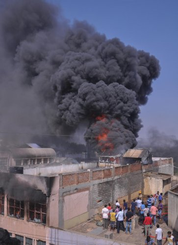 Fire mishap in paint shop (Muddalli Traders), fire station personnels had a tough time to clear the fire at Binny Mill Road in Davangere on Thursday (10-01-19), Photo By ; Special Arrangements.