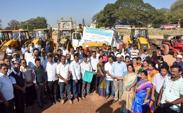 Mayor Pushpalatha Jagannath inaugurates the clean-up campaign, organised by MCC on Dasara Exhibition Grounds, in Mysuru on Thursday. MCC Commissioner K H Jagadeesh and Deputy Mayor Shafi Ahmed are seen. DH PHOTO