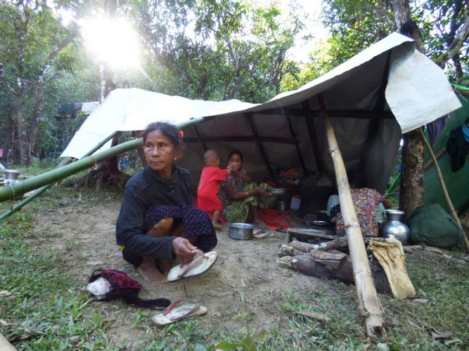 A Myanmar family displaced from the recent fighting between government troops and ethnic Arakan Army take shelter at a displacement camp housing over 700 people in Kyauktaw township in Rakhine state on December 23, 2018. - The western territory is a tinde