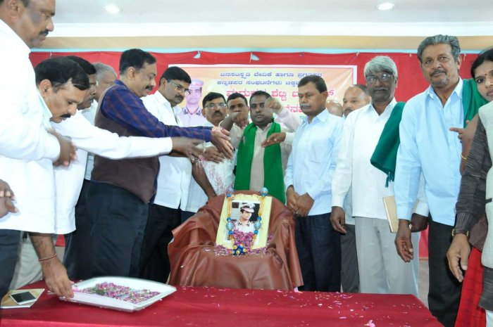 Backward Classes Commission former chairman C S Dwarakanath and others pay floral tributes to a portrait of late IPS officer K Madhukar Shetty, in Chikkamagaluru on Saturday.