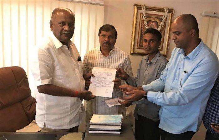 A delegation led by former MLA B B Ningaiah submits a memorandum to Transport Minister D C Thamanna.